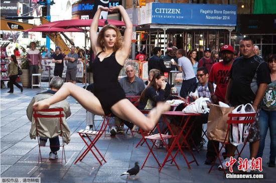 """当地时间9月22日,一项名为""""舞蹈也是艺术""""的活动在美国纽约时代广场进行,舞蹈家把马路作为舞台,翩翩起舞。"""
