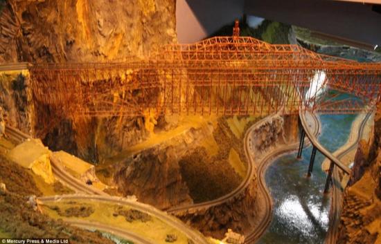 """据英国《每日邮报》9月22日报道,美国新泽西州费莱明顿,名为""""诺斯兰兹""""(Northlandz)的世界上最大铁路模型被载入吉尼斯世界纪录史册。模型的铁轨长达4万英尺(约合12公里),包含约90辆火车模型。(网页截图)"""