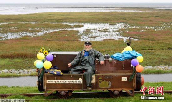 当地时间2014年9月30日,德国汉堡,64岁官方邮递员Fiete Nissen结束自己37年的邮差生涯,沿轨道驾驶小车完成最后一天的工作。
