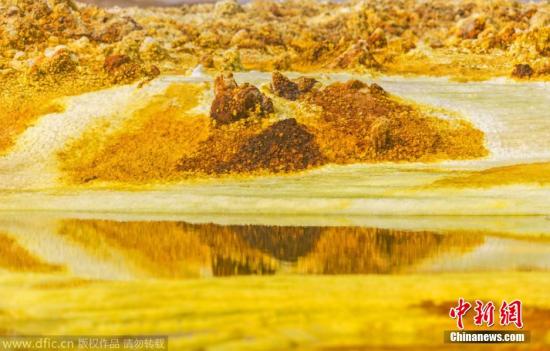 2014年9月30日报道,尽管看起来像是来自科幻电影中的遥远星系,其实这是埃塞俄比亚宽干谷的天然硫磺泉景象。受盐分及其他矿物的影响,该温泉呈现出亮黄和深棕的颜色,仿佛是被某种外星生命控制了一样。新西兰摄影师Bradley Ambrose在53 ℃的高温下,冒着生命危险拍下了这一令人震撼的奇特地貌。图片来源:东方IC 版权作品 请勿转载