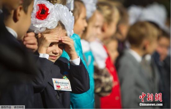 当地时间2014年10月1日,乌克兰顿涅茨克,由于战火而推迟一个月开学的顿涅茨克学校终于迎来了开学首日,学生们到学校开始上课。