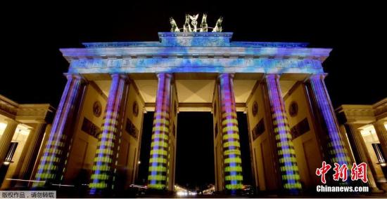 """当地时间2014年10月9日,德国柏林,""""光之节""""开幕前夕举行预演,柏林大教堂亮起绚丽的灯光。据悉,今年的""""光之节""""将在10月10日至10月19日期间举行。"""