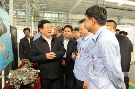 图为:10月16日,省委书记赵克志率2014年全省第三次项目建设现场观摩会代表走进中航红林产业园了解企业生产情况。