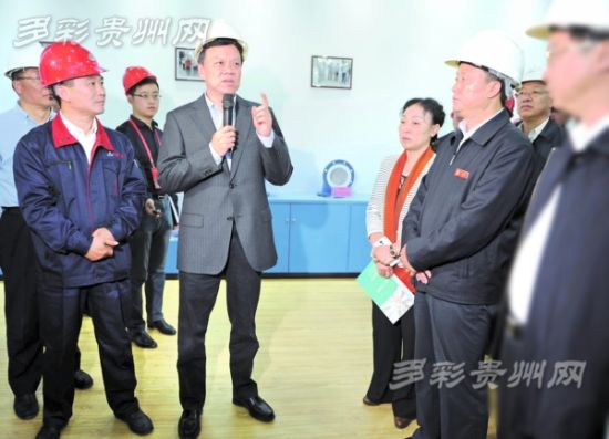 10月16日,省长陈敏尔率观摩会代表考察贵州华兴玻璃年产50万吨日用玻璃制品项目。