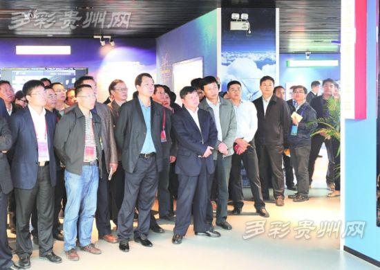 10月16日,观摩代表在北京·贵阳大数据应用展示中心参观。