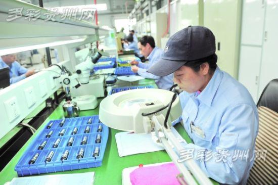 10月16日,中航红林产业园工人在精心作业。