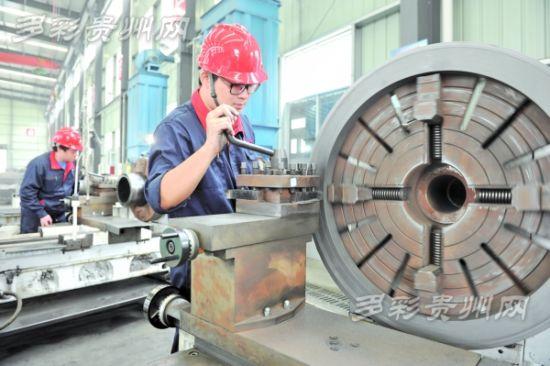 10月15日,福泉市贵州兰鑫石墨机电设备制造有限公司生产线上一派繁忙景象。