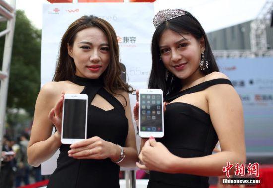 10月17日早上7点,大批市民在南京新街口苏宁云商广场排队购买上市的苹果iphone6手机。当日,苹果手机iPhone6在中国大陆市场发售,吸引了众多市民排队购买。 中新社发 泱波 摄