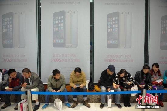 10月17日,苹果公司新手机iPhone 6中国首发,吸引众多昆明市民到运营商营业厅连夜排队购买。 中新社发 刘冉阳 摄