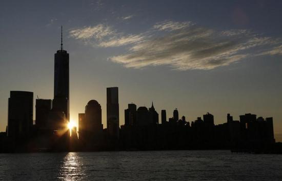 当地时间2014年11月3日,在纽约著名的世贸双子塔在911恐怖袭击中被摧毁的13年之后,新建成的纽约世贸中心一号大楼3日正式重新开放。没有任何剪彩和庆祝仪式,该大楼首批租户的员工今天早晨进入大楼开始工作。   当地时间2014年11月3日,在纽约著名的世贸双子塔在911恐怖袭击中被摧毁的13年之后,新建成的纽约世贸中心一号大楼3日正式重新开放。没有任何剪彩和庆祝仪式,该大楼首批租户的员工今天早晨进入大楼开始工作。
