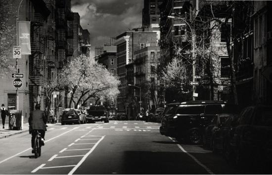 据英国《每日邮报》当地时间11月13日报道,近日瑞士摄影师Alex Teuscher拍摄了一组纽约曼哈顿的黑白照片,除去了颜色的曼哈顿在照片中显得静谧深沉,那些熟悉的地标性建筑也显现出了另一番韵味。(网页截图)