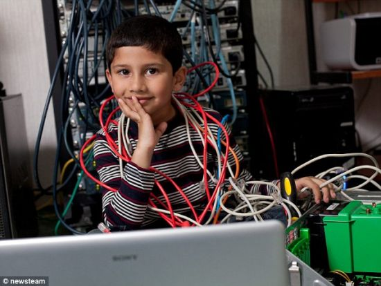 据英国《每日邮报》11月13日报道,英国6岁电脑天才Ayan Qureshi成了世界上年龄最小的微软认证专家(Microsoft Certified Professionals, MCP)。Ayan在只有5岁11个月大的时候就通过了考试,获得了该认证,打破了之前6岁半的世界纪录。微软认证专家是全球公认的计算机软件高级人才认证,一般是由大学毕业生参加的考试。(网页截图)
