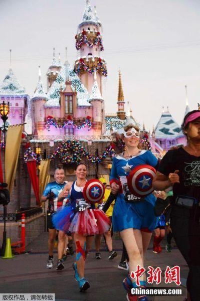 图为选手们从睡美人城堡出发。