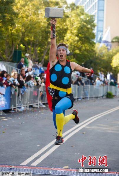 图为装扮成雷神托尔的参赛者。