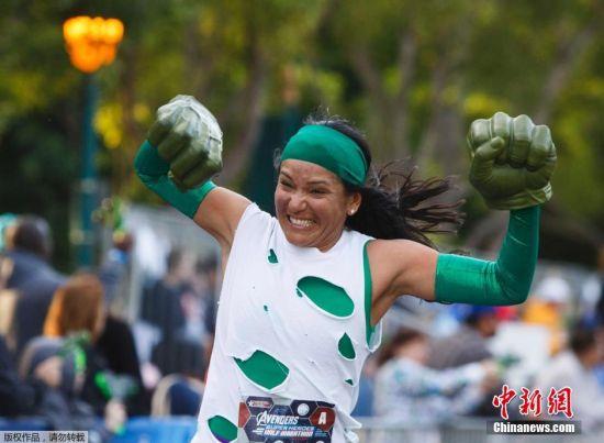 图为装扮成绿巨人的参赛选手。