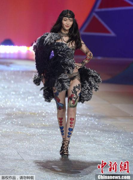 图为2012维密时装秀,刘雯登台走秀.