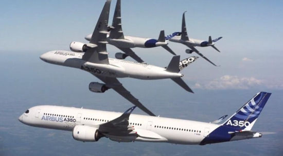 据英国《每日邮报》12月23日报道,五名受过严格培训驾驶技术精湛的飞行员驾驶着舞架A350民航客机在法国图卢兹上空形成了喷气式战斗机才能形成的花式飞行,这项壮观的表演是为了了庆祝新空客A350交付卡塔尔航空公司使用。(网页截图)