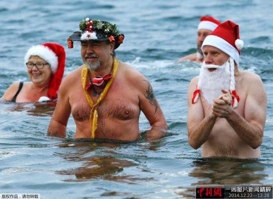 """当地时间2014年12月25日,德国柏林,游泳俱乐部""""柏林海豹""""的成员参加传统的圣诞节冰泳活动。"""
