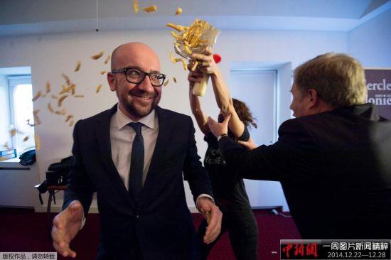 当地时间2014年12月22日,比利时那慕尔,比利时首相查理·米歇尔出席新闻发布会时,遭到女权活动组织LilithS成员袭击,示威者向其身上投掷薯条和蛋黄酱。LilithS组织是女权活动组织Femen在比利时的分支。