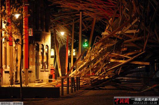 当地时间2014年12月25日,比利时蒙斯,由比利时艺术家Arne Quinze创作的巨型艺术作品The Passenger于24日晚间突然倒塌,原因不明,或许将影响到2015欧洲文化之都活动的开幕。
