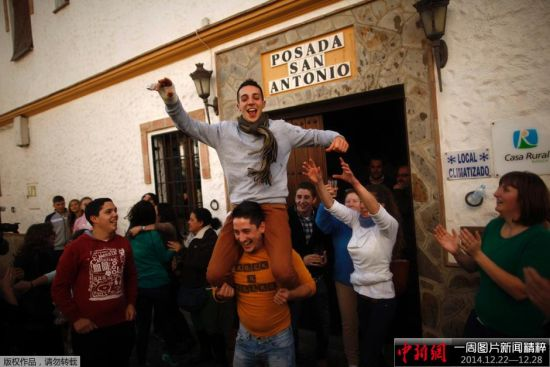 """当地时间2014年12月22日,西班牙著名的圣诞彩票""""El Gordo""""开奖,获奖号码为13437,共计24亿欧元的总奖金将分成数千个现金奖项,分发给获奖号码持有者。图为获奖者开香槟狂欢庆祝自己获奖。"""