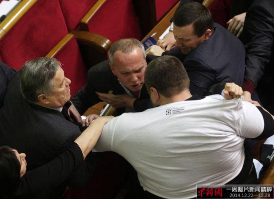 """当地时间2014年12月25日,乌克兰基辅,乌克兰议会再次上演""""肉搏战"""",议员们打架一片混乱。图片来源:东方IC 版权作品 请勿转载"""