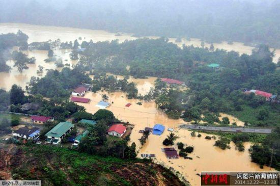 12月27日消息,据新加坡《联合早报》报道,马来西亚半岛水灾恶化,灾民人数已近12万人,是近30年来最严重的一次。在国外度假的总理纳吉布遭批评,已动身返马,准备亲自监督救灾工作。多个受灾州的州政府也宣布取消2015年的跨年活动。