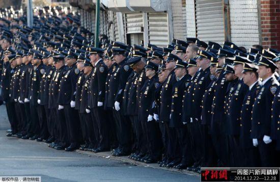 """12月27日,纽约殉职警察之一拉斐尔·拉莫斯的葬礼在纽约皇后区基督帐幕教堂举行。美国副总统乔·拜登及夫人、纽约州长安德鲁·科莫,纽约市长及夫人,以及来自全美的2万多名警察,出席了葬礼,以表达对殉职警察的敬意和对纽约警察部门的支持。上周六,警察拉莫斯和同袍华裔警察刘文健在纽约布鲁克林的巡逻警车中执勤时惨遭枪手""""行刑式""""枪杀。图为出席葬礼的警察。"""