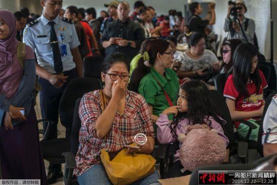 当地时间2014年12月28日,印尼泗水,失联亚航QZ8501航班的乘客家属在朱安达国际机场焦急等待消息。12月28日电 据外媒28日报道,亚洲航空公司一架从印度尼西亚飞往新加坡的客机失联。失联客机航班号为QZ8501。据了解,失联客机上载有149名印尼人、3名韩国人、1名新加坡人、1名英国人和1名马来西亚人。