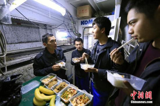 2014年12月31日晚,天津地铁6号线施工隧道最深处,加餐时间,项目给全体员工发放了水果,谈到新年大家的话题开始多了起来。 张道正 摄