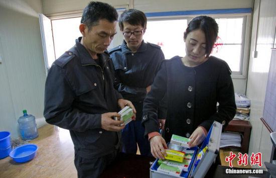 2014年12月31日下午,中建六局天津地铁6号线徐庄子站机电部经理夏卫兵(人称老夏)为生病的徒弟拿药。 张道正 摄