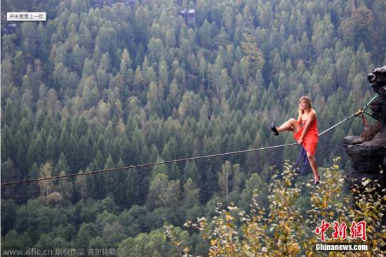 2015年1月5日报道,25岁的Faith Dickey穿着细高跟鞋在数千英尺的高空小心翼翼的走着钢丝。这一让人心跳加速的场面发生在捷克的女子高空绳索集会上。来自美国德州奥斯汀的Faith与极限运动爱好者Basia Sobanska及Ela Ostrowska一起为我们带来了一场独具女性魅力的高空钢丝秀。图片来源:东方IC 版权作品 请勿转载