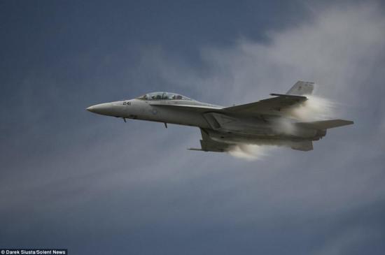 据英国每日邮报近日报道,航空摄影师德雷克·休斯塔(Darek Siusta)在美国弗吉尼亚州海军航空站的大洋航空展上拍下了F/A-18F超级大黄蜂战斗机接近音障时创造的蒸汽锥的惊人细节的照片。这些图片都是在飞机经过的不到1秒时间内拍摄的,采用了极快的1/4000快门速度。(网页截图)