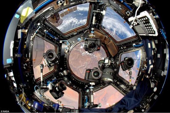 大部分照片由内部八部装有不同镜头的相机拍摄,他们被宇航员调整为不同角度不同功能。图片来源:海外网