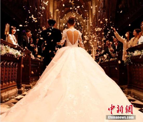 1月17日,周杰伦(周董)与昆凌在英国塞尔比教堂(Selby Abbey)举办婚礼,昆凌的父亲牵着她走红毯,再将她的手交给周董。在两位牧师的见证下,两人互换戒指,交换誓约,完成了终身大事。值得一提的是,有别于一般婚礼走红毯时播放的结婚进行曲,周董为自己的婚礼写了一首主题曲,再交由现场弦乐队演奏,让婚礼有了格外唯美浪漫的情境。图片来源:CFP视觉中国