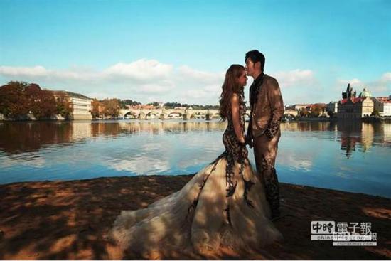 1月17日消息,周杰伦与昆凌在英国伦敦举行婚礼,两人婚纱照曝光。据了解,小两口10月到法国巴黎、德国天鹅堡与捷克布拉格的查理大桥取景,全程都由周董亲自勘景。图片来源:中时电子报
