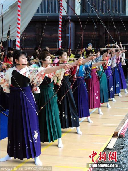 当地时间2015年1月18日,约2000名身穿华丽和服的新成人在京都市的三十三间堂参加比试传统射箭技术的全国打靶大赛。图片来源:东方IC 版权作品 请勿转载