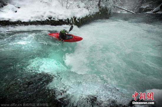 2015年1月19日报道,美国华盛顿州,这是一名皮艇爱好者挑战死亡的瞬间,他划着皮艇,从30英尺(约9米)高的汹涌瀑布顶部冲下。这些惊心动魄的照片由著名极限运动摄影师Eric Parker与表演性皮艇爱好者Todd Wells在白鲑河的一个瀑布上合作完成。追求刺激的Todd对危险从不陌生,但这样从高处直直的扎入冰冷的河水中,对他来说也不亚于一场噩梦。图片来源:东方IC 版权作品 请勿转载