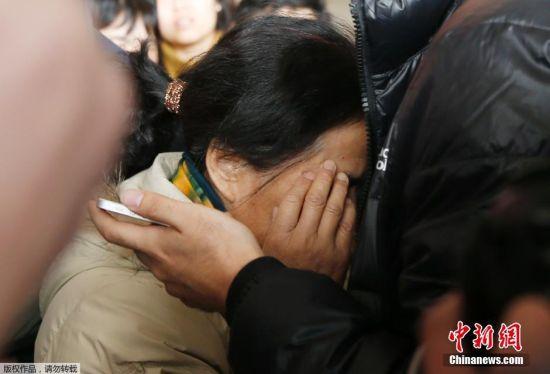 随后在北京时间9:00马航高级官员接受访问表示,并声称MH370航班配有7小时航油,他们相信到目前为止,飞机航油已耗尽。随后中国外交部、驻马来西亚使馆和驻越南使馆便启动应急机制。图为2014年3月8日接到消息后情绪失控的家属。