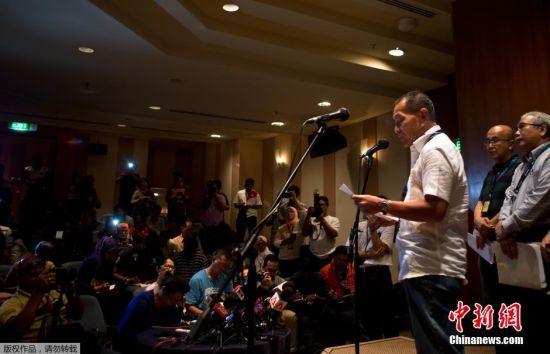几个小时后马来西亚航空公司正在北京丽都假日饭店组织召开记者会,介绍马来西亚航班失联事件情况。将近100多名记者已到会场准备采访马来西亚航空公司负责人。马航首席执行长阿末佐哈里在新闻发布会上表示,飞机是在马来西亚和越南领空之间失去联系的,没有关于飞机途中遭遇恶劣天气的报道。他还表示,失踪飞机没有发出求救信号,飞机上的燃料充足,可较原定飞行时间多飞两个小时,在跨越越南进入中国南部之前先会在海上飞行一段时间。图为2014年3月8日马来西亚航空公司正在北京丽都假日饭店组织召开记者会。