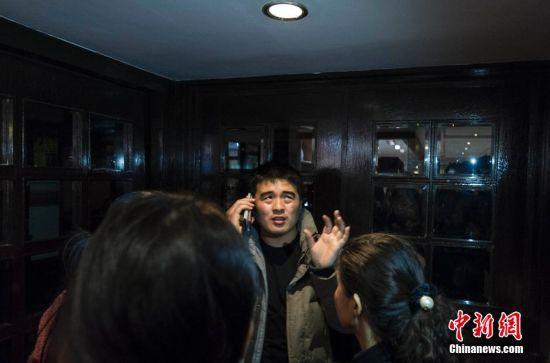 2014年3月9日,一名来自河北省定州市的民众表示自己已经四次打通了他在MH370航班上中国籍亲属的手机,但是对方没有应答。他表示,这个消息好像是黑暗中的一束光亮,他希望通过移动通讯技术手段找到手机的具体位置。中新社发 崔楠 摄