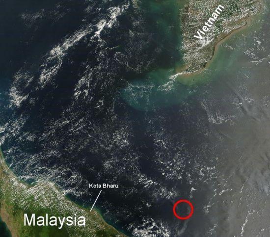 据美国宇航局发布的图片显示,NASA的卫星TerraMODIS拍摄了相关海域的一张250米精度的卫星图像,图片定位约在104.6 E,6.1 N,右下角红圈疑似马航370失事地点。图片来源:NASA网站