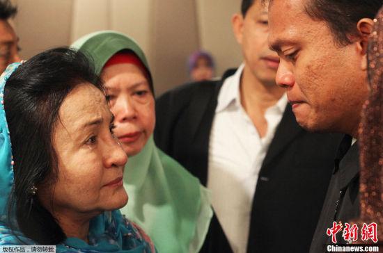 距离MH370失去联系已经60个小时了,各国搜救人员都在努力的寻找着,但却尚未找到任何属于该客机的物体或信号。图为马来西亚总理纳吉布的夫人罗斯玛?曼梳(Rosmah Mansor),流泪安慰马航失联MH370航班乘客的家属。