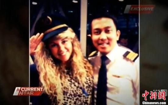 """与此同时,一则消息传遍网络,一澳洲女孩爆料,她2011年乘坐马航航班时,机长及副驾驶邀请她与朋友一起进入驾驶舱,并允许她们在飞行途中拍照。当时的两名飞行员全程都在和她们玩闹,甚至回头为其""""看手相""""。报道称当时这位副驾驶正是此次马航失联航班的副驾驶,该女孩贴出多张照片为证。图片来源:东方IC 版权作品 请勿转载"""