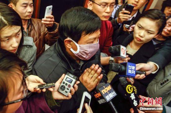 """一次次的重拾希望和一次次打击让失联乘客家属的情绪几乎崩溃。马来西亚交通部代部长希山慕丁在12日的发布会上指出,中国此前发布的卫星图片显示,南海海域存在3个大型漂浮物,但马方派飞机到现场查看之后,""""什么都没有发现"""",马方已向中国大使馆通报这一结果。图为一名乘客家属在会议结束后接受采访,他双手合十,请求媒体多多报道目前家属对于马方的态度很不满。中新社发 张浩 摄"""