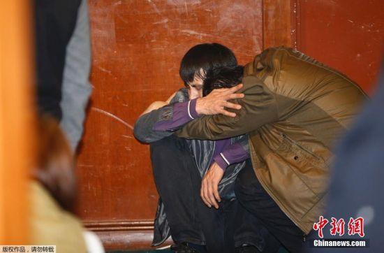 2014年3月24日晚10:00,马来西亚总理纳吉布召开紧急新闻发布会,他表示,根据新的数据分析,MH370航班在南印度洋坠毁。马航当天最新声明说,机上无人幸存。图为位于北京丽都饭店的家属在听到该消息后泣不成声。