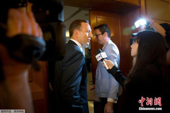 关于MH370的搜素并没有时间的流逝而停止,2014年4月11日,在上海访问的澳大利亚总理阿博特(Tony Abbott)表示,搜救人员已确认收到了失事航班MH370黑匣子发出的信号,正在争分夺秒进行搜寻,以赶在信号消失前找到黑匣子。阿博特称,搜救队已经极大地缩小了搜寻范围,唯一的问题就是黑匣子信号开始逐渐减弱。
