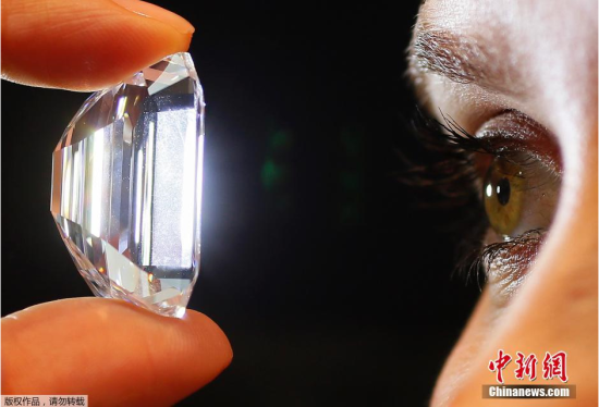 当地时间2月13日,一颗重大100克拉的钻石在英国伦敦苏富比拍卖行展示。据悉,此枚钻石将于4月21日在纽约举行拍卖,预计售价为1900万至2500万美元(约11856万至15600万人民币)。