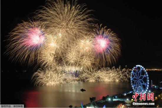 当地时间2015年2月14日,菲律宾马尼拉,第六届世界焰火奥运会在当地举行,据了解至少11个国家参加此次从2月7日至3月14日间举行的活动。菲律宾、日本、意大利、巴西、墨西哥、荷兰、葡萄牙、瑞典、加拿大、英国以及中国参与其中。