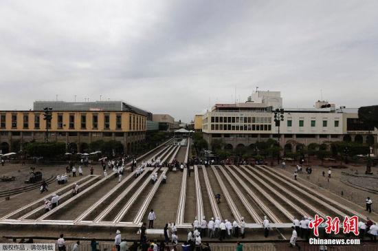 2月15日,墨西哥瓜达拉哈拉,厨师们制作2500米长煎玉米卷,欲破吉尼斯世界纪录。这个超长玉米卷共用掉4吨猪肉和36000个玉米饼。